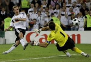 Лам забивает гол в ворота сборной Турции