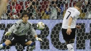 Гол с пенальти в ворота Боснии